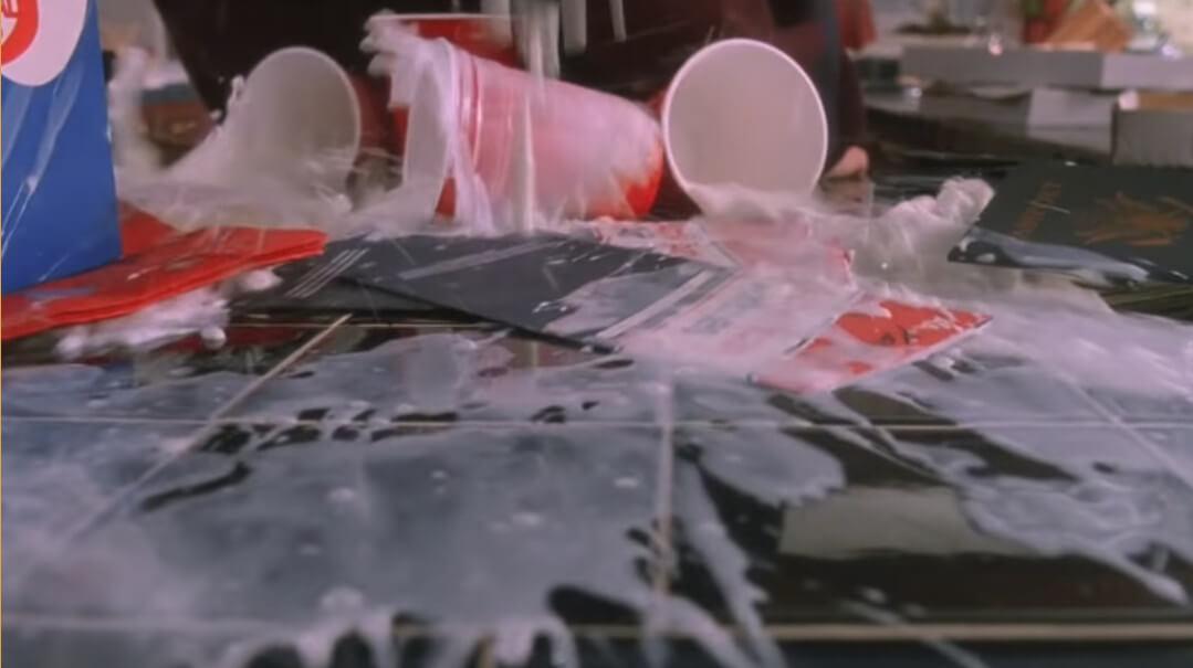 テーブルに零れた牛乳