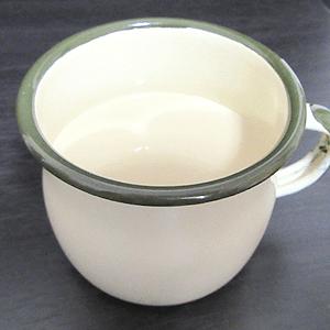 函館牛乳-カフェLLatte(ラテ)注いだ