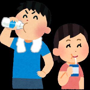 牛乳を飲む男女