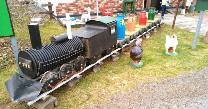 牛小屋のアイス_外の機関車オブジェ