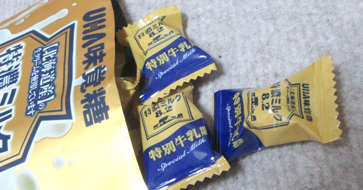 UHA味覚糖-特濃ミルク8.2_中身を出す